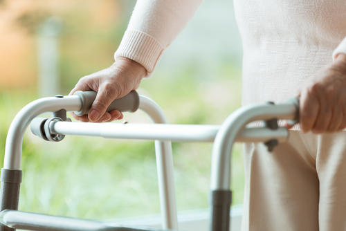 Balkonik dla seniora stanowi doskonałe wsparcie w chodzeniu - esklep.brandvital.eu